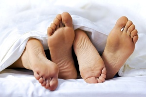 couple-bed-feet
