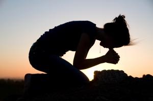 woman_kneeling_prayer