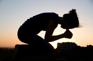 woman_kneeling_prayer