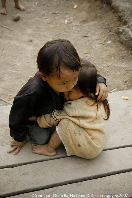 brother_holding_sister